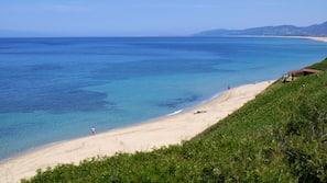 Una spiaggia nelle vicinanze, lettini da mare, ombrelloni, pesca