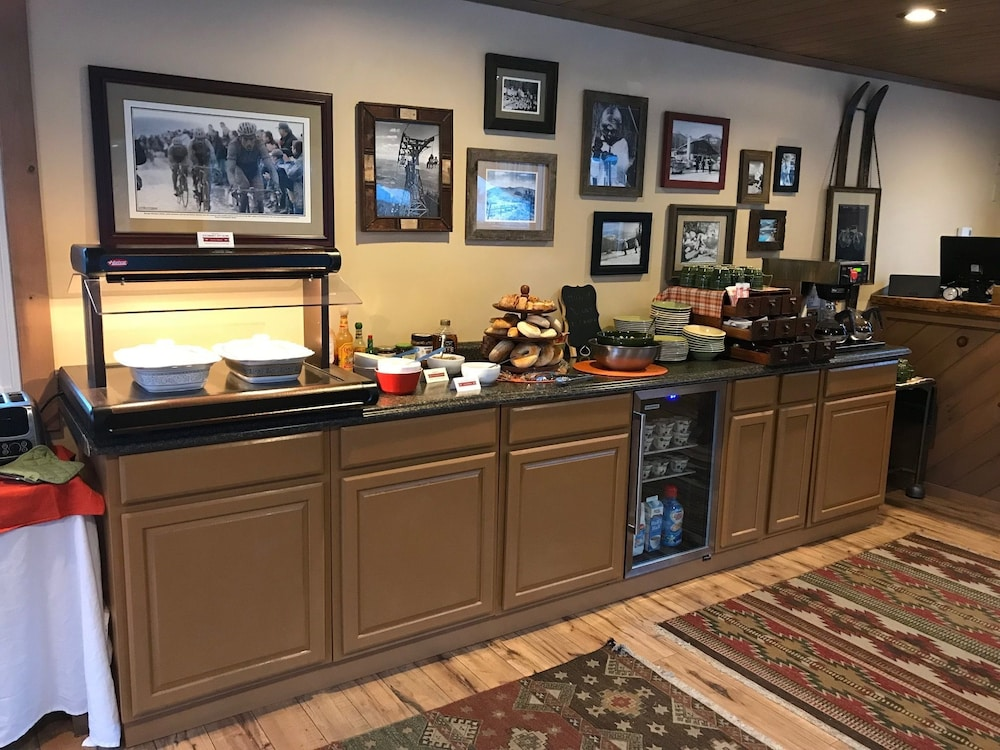 Breakfast Area, Cadence Lodge at Whiteface