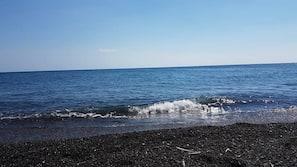 Beach nearby, black sand, beach massages, 8 beach bars