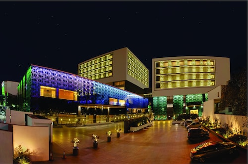 橙色巨型结构LLP酒店-前TGB苏拉特
