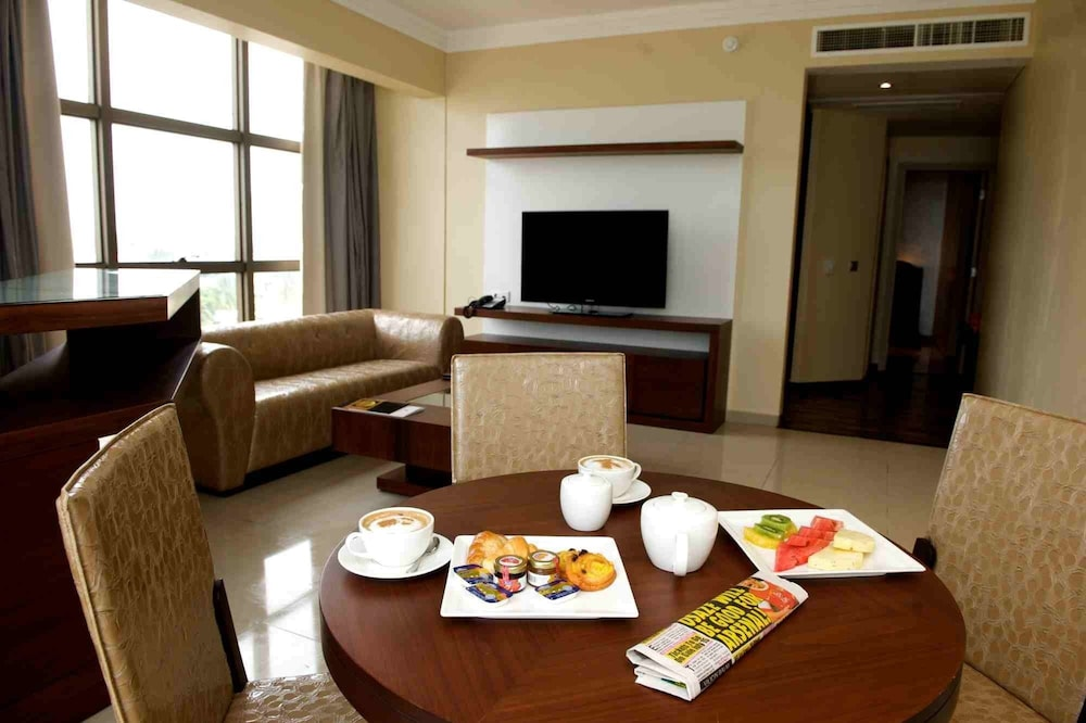 In-Room Dining, The Avenue Suites