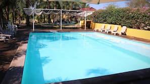 Una piscina al aire libre (de 10:00 a 19:00), sombrillas