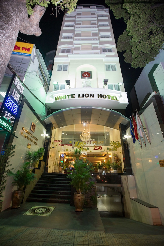 Front of Property - Evening/Night, White Lion Hotel