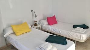 1 dormitorio, edredones de plumas, escritorio y cortinas opacas