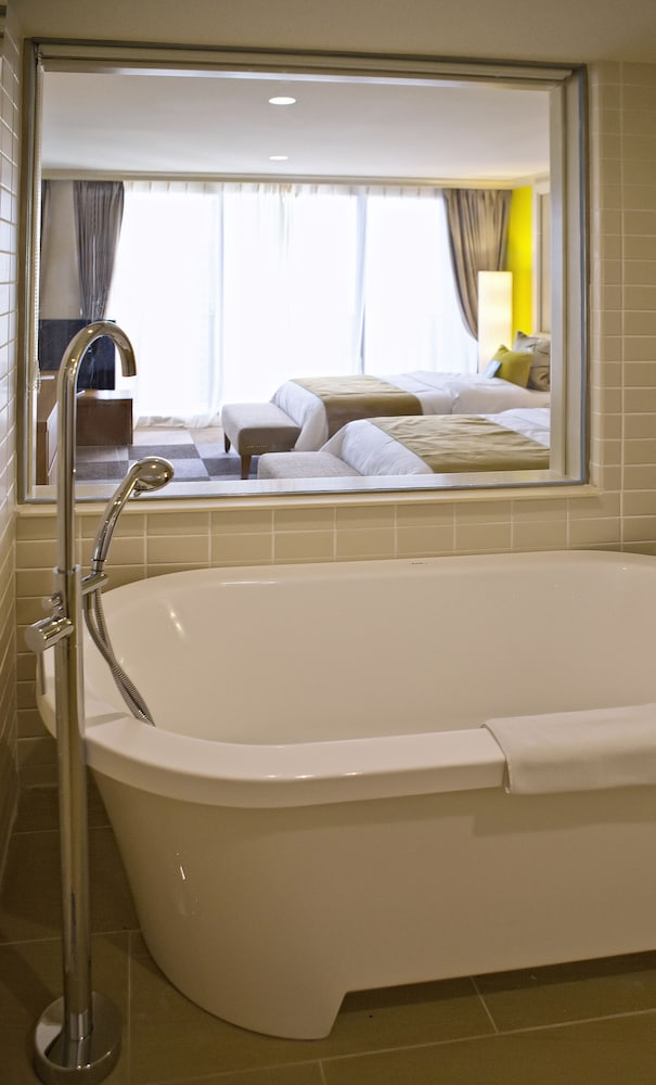 Deep Soaking Bathtub, Guam Reef Hotel