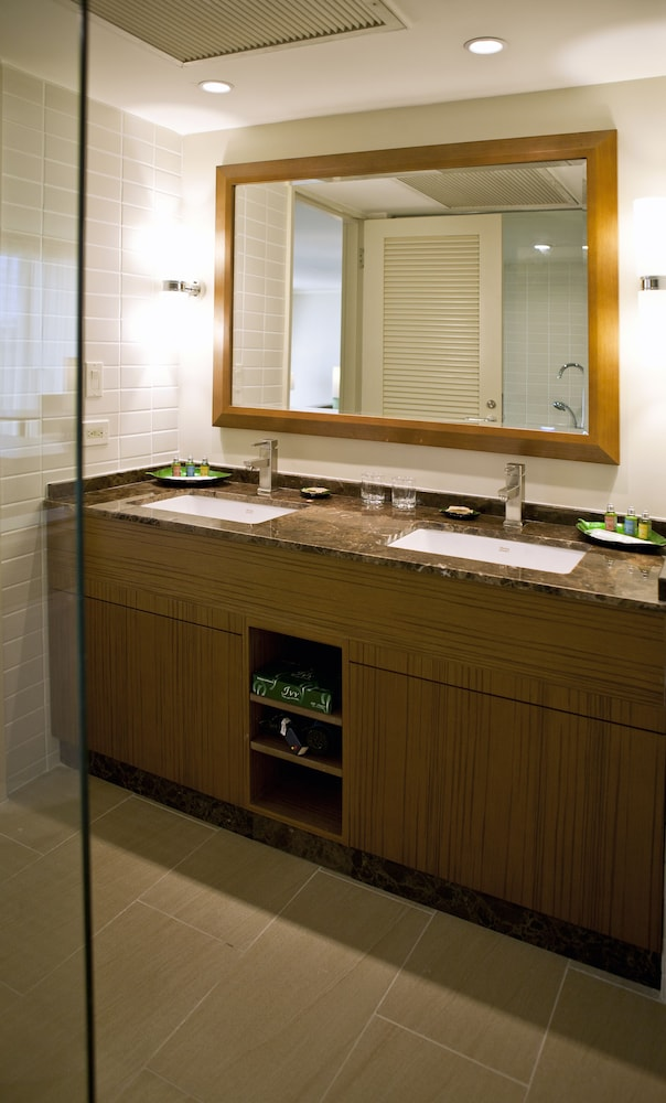Bathroom, Guam Reef Hotel