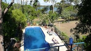 季节性开放的室外游泳池,06:00 至 22:00 开放,池畔遮阳伞,日光浴躺椅