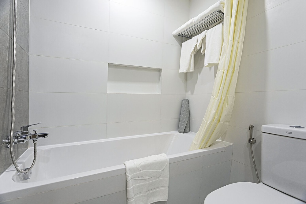 Bathroom Shower, Sarrosa International Hotel and Residential Suites