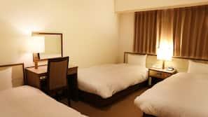 1 間臥室、羽絨被、書桌、窗簾