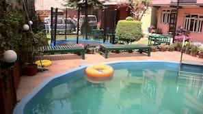 시즌별로 운영되는 야외 수영장, 일광욕 의자