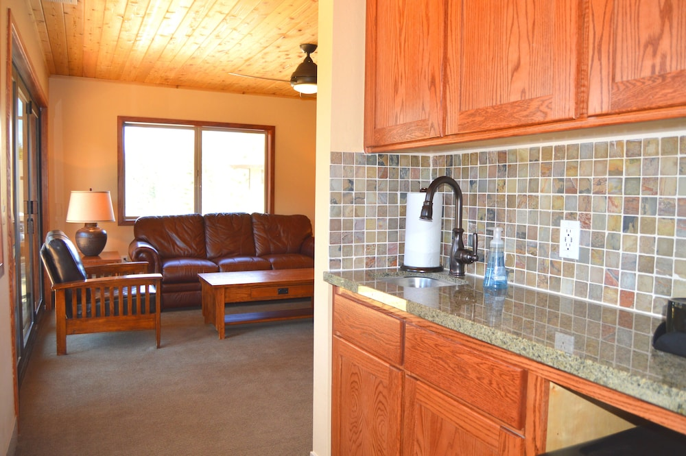 Private Kitchenette, Montecito Sequoia Lodge