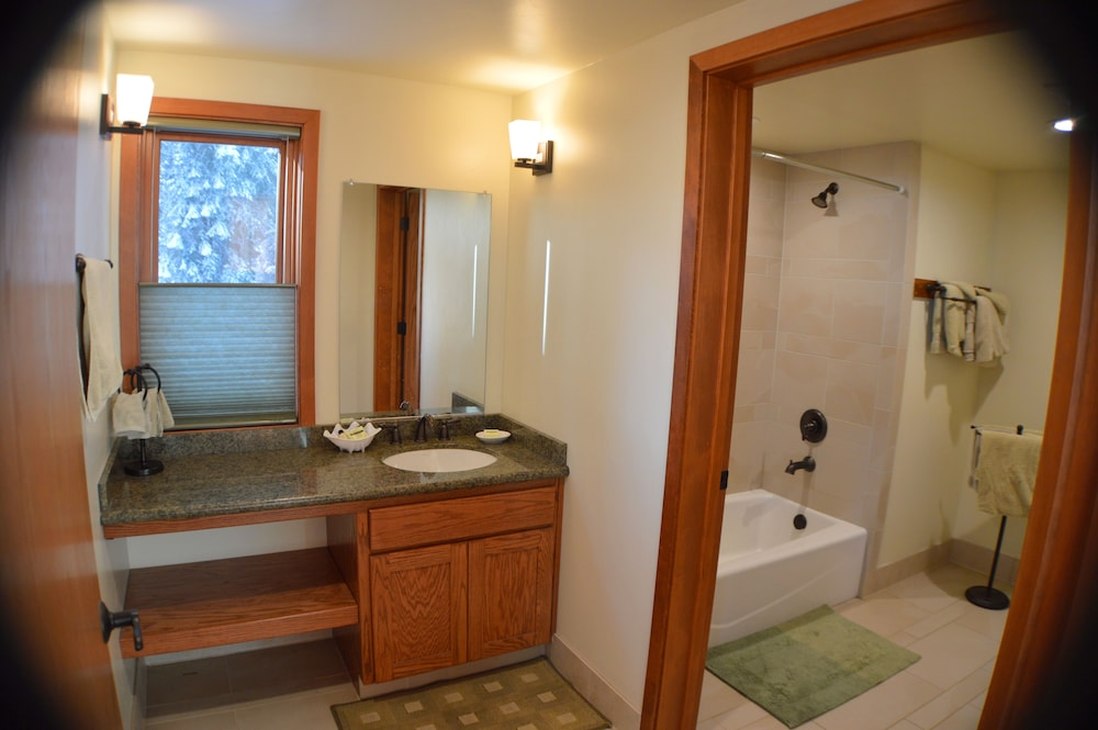 Bathroom, Montecito Sequoia Lodge