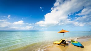 Trên bãi biển, lều miễn phí, ghế dài tắm nắng, dù trên bãi biển