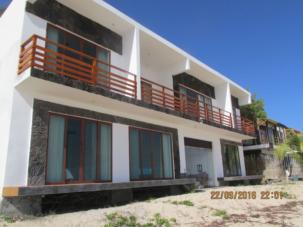 Cormorant beach house puerto villamil equateur avis for Beach house description