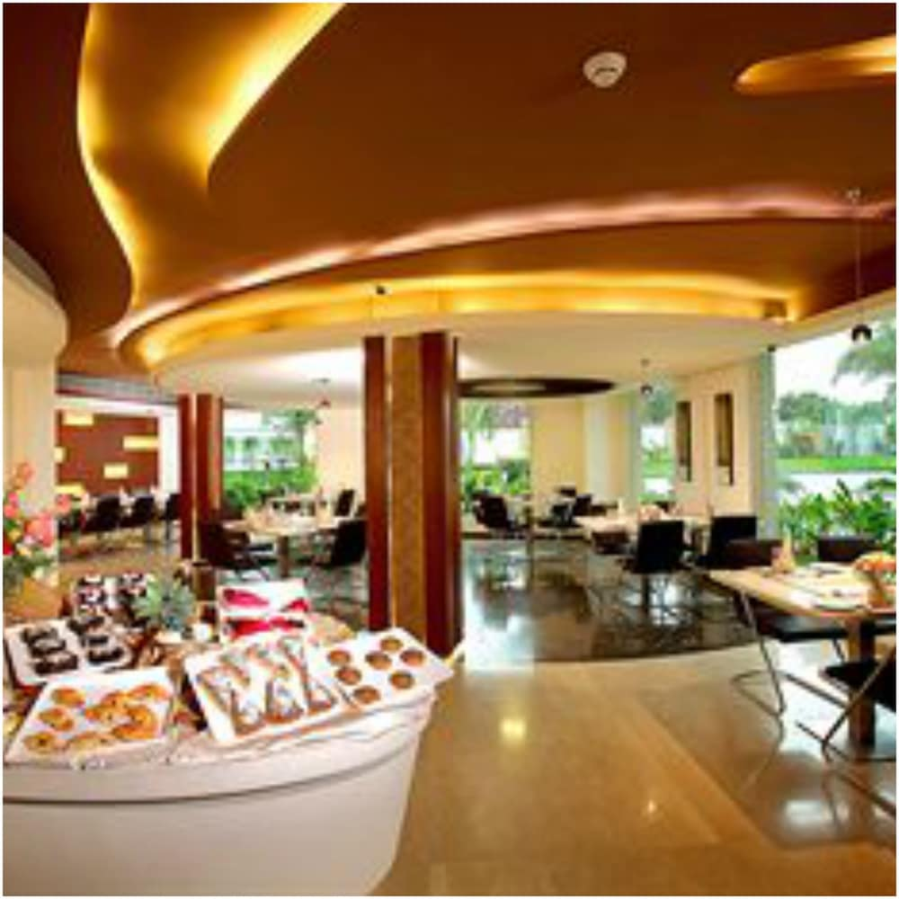 Breakfast buffet, Flora Airport Hotel and Convention Centre Kochi