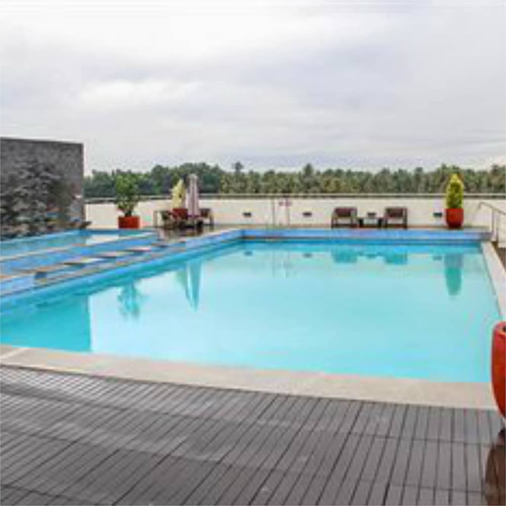 Outdoor Pool, Flora Airport Hotel and Convention Centre Kochi