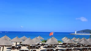 Privatstrand, weißer Sandstrand, Sonnenschirme, Strandtücher