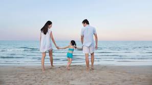Spiaggia privata, sabbia bianca, cabine (a pagamento), lettini da mare