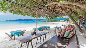 Accommodatie ligt op het strand, wit zand, ligstoelen, parasols