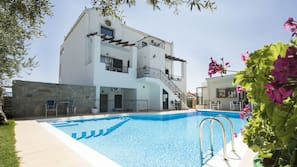 Seasonal outdoor pool, open 7:30 AM to 10:00 PM, pool umbrellas