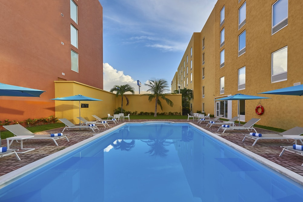 Outdoor Pool, City Express Junior Cancun