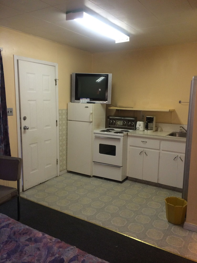 Private Kitchenette, Road Runner Motel