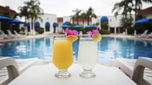 Una piscina al aire libre (de 9:30 a 21:30), sombrillas, tumbonas