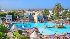 4 piscines extérieures, parasols de plage