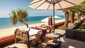 Trên bãi biển, cát trắng, ghế dài tắm nắng, dù trên bãi biển