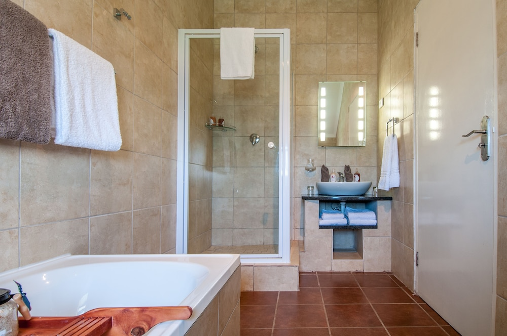 Book wind rose guest house cape town hotel deals for Z gallerie bathroom guest book