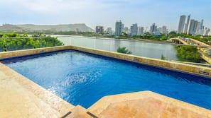 Una piscina al aire libre (de 9:00 a 19:00), tumbonas