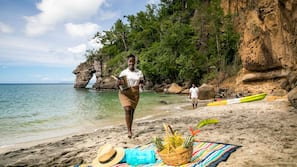 Een privéstrand, ligstoelen aan het strand, strandlakens, snorkelen