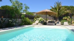 Una piscina cubierta, 15 piscinas al aire libre