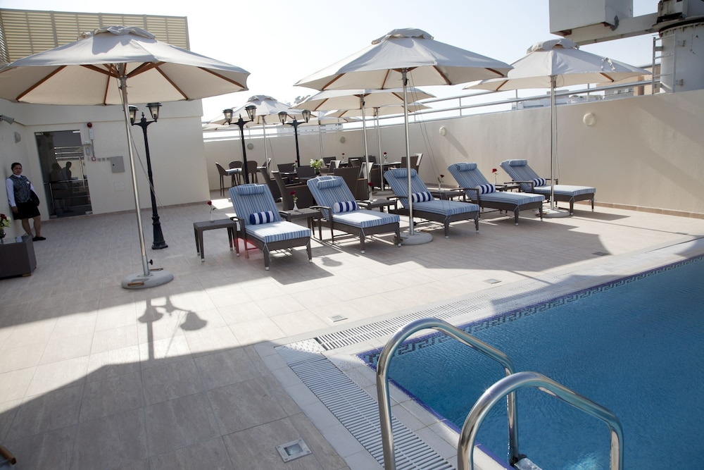Grand excelsior hotel al barsha reviews photos rates for Deluxe hotel dubai
