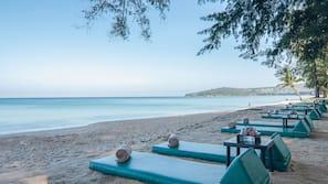 在海灘附近、白沙、太陽傘、沙灘巾