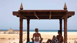 Sulla spiaggia, lettini da mare, ombrelloni, pallavolo
