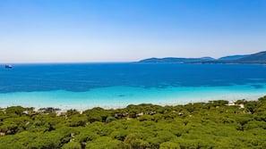 Ubicación a pie de playa, servicio de transporte a la playa y tumbonas