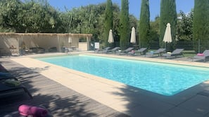 Una piscina al aire libre de temporada (de 7:30 a 21:00), sombrillas