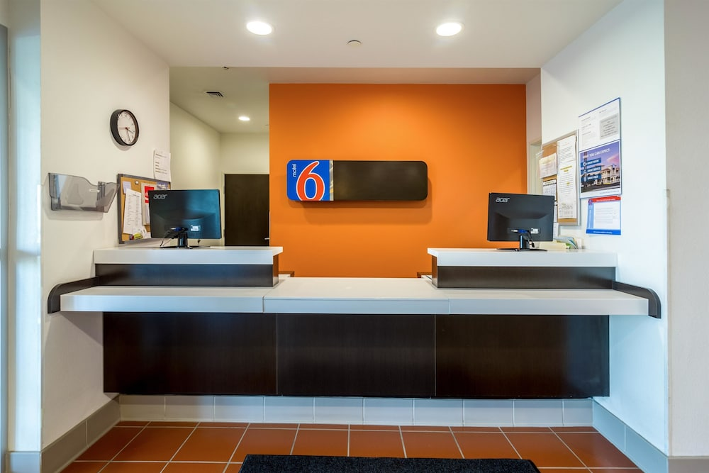Lobby, Motel 6 Williston, ND