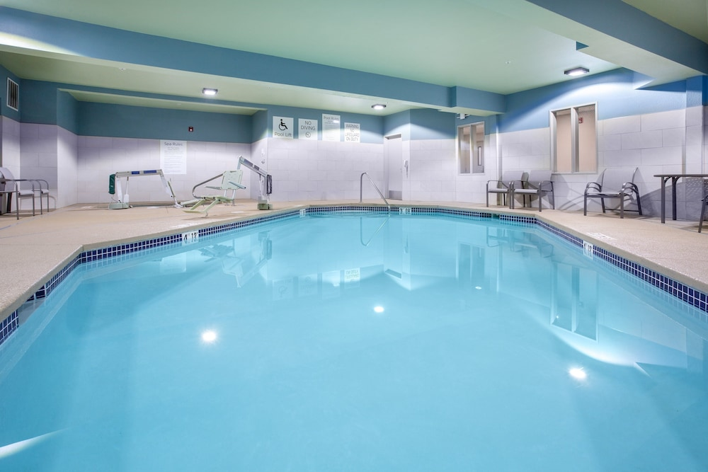 Pool, Holiday Inn Express & Suites Lincoln City, an IHG Hotel