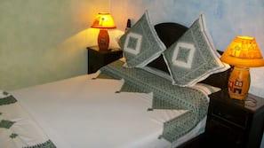 Luxe beddengoed, pillowtop-bedden, individueel gemeubileerd, een bureau