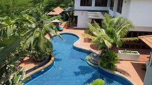 2 室外游泳池,池畔遮阳伞,日光浴躺椅