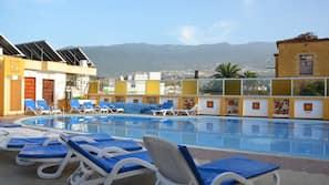 Udendørs pool, åben fra kl. 10.00 til kl. 19.00, liggestole