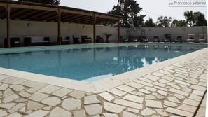 Piscina all'aperto, cabine incluse nel prezzo, ombrelloni da piscina