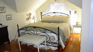 Individually decorated, iron/ironing board, rollaway beds, free WiFi