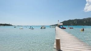 Aan het strand, wit zand, windsurfen, een strandbar
