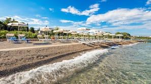 Una spiaggia nelle vicinanze, lettini da mare, ombrelloni, snorkeling