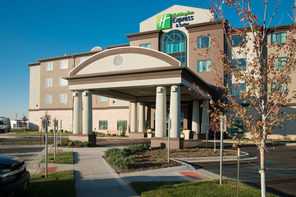 Exterior, Holiday Inn Express and Suites Kansas City Airport