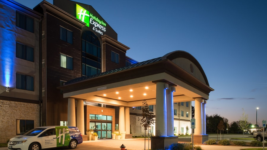 Holiday Inn Express and Suites Kansas City Airport, an IHG Hotel