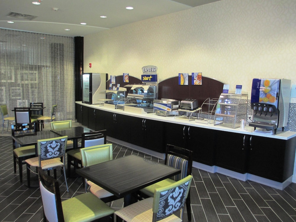Breakfast Area, Holiday Inn Express and Suites Kansas City Airport